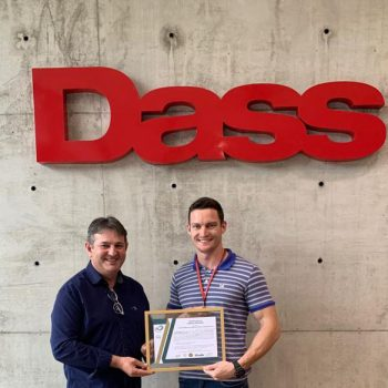 O Me. Engenheiro e colaborador do Grupo Dass, Magaiver Lamp recebe o certificado de Gilney Braido, da empresa Ludfor Energia.
