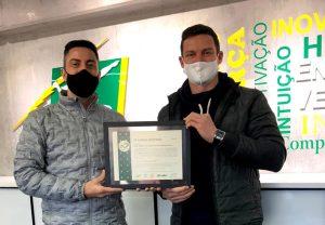 O Me. Engenheiro e colaborador do Grupo Dass, Magaiver Lamp recebe o certificado de Vinicius Lazzarotto, da empresa Ludfor Energia.